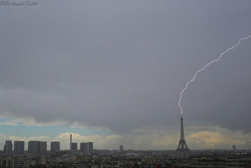 torre1 - Torre Eiffel é atingida por raio; foto viraliza