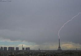 Torre Eiffel é atingida por raio; foto viraliza