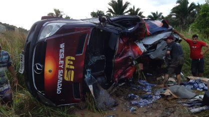 van wesley safadao 418x235 - Van da equipe de Wesley Safadão capota no Maranhão