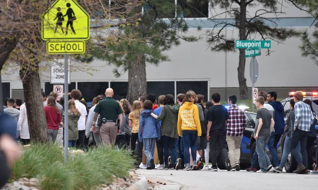 x82558501 HIGHLANDS RANCH COLORADOMAY 07 Students move towards a school bus to be evacuated fr.jpg.pagespeed.ic .vPBV2UjCiZ - EUA: Ataque a tiros em escola do Colorado deixa oito feridos e um morto