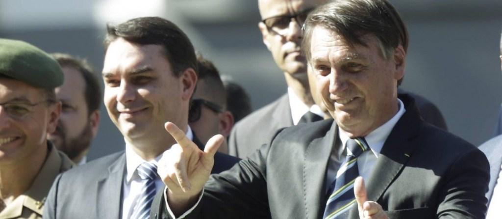 xO presidente Jair Bolsonaro e Flavio Bolsonaro.jpg.pagespeed.ic .rPQw8 ffRS 1024x446 - Os 13 parentes de Jair Bolsonaro nomeados nos gabinetes da família