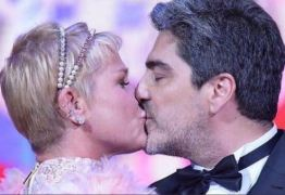 CLIMA DE ROMANCE: Xuxa divulga foto sem roupa com namorado e causa alvoroço nas redes sociais