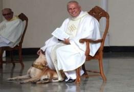 Cachorro invade missa e reação de padre viraliza nas redes sociais