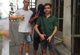 TURISMO ARRISCADO: turistas visitam comunidade e tiram foto com arma ao lado de traficantes