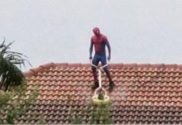 'Homem-Aranha' é flagrado limpando telhado de casa – VEJA VÍDEO