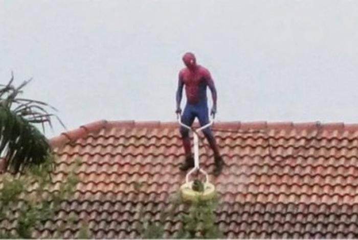 1 bd4j4z268m6shiv0ydlzzgbnt 11728837 - 'Homem-Aranha' é flagrado limpando telhado de casa - VEJA VÍDEO
