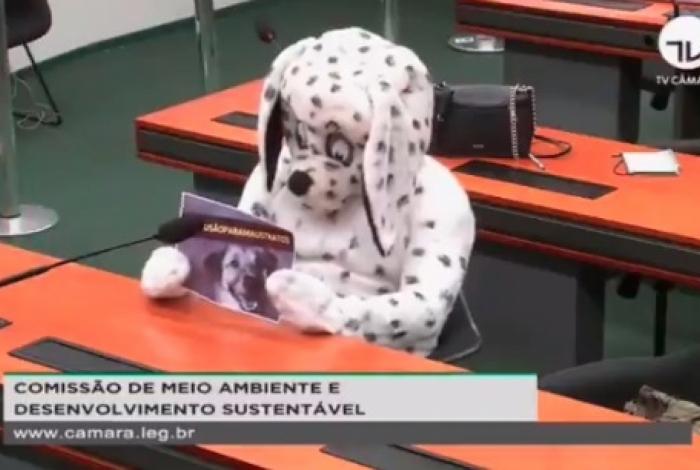 1 dog2 11522747 - Homem vestido de cachorro protesta em sessãoda Câmara dos Deputados - VEJA VÍDEO