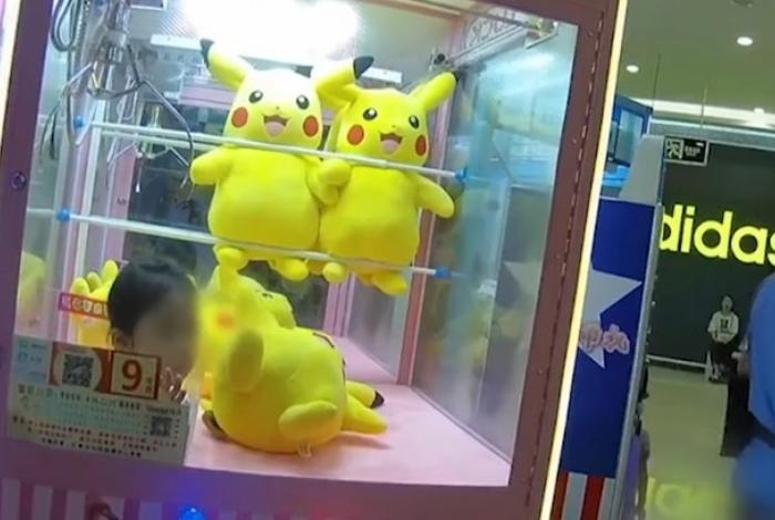 1 pikachu 11739225 - Menina fica presa em máquina de brinquedos ao tentar 'capturar' Pikachu
