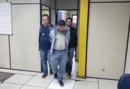 Homem esfaqueia ex-mulher e é entregue à polícia por bandidos