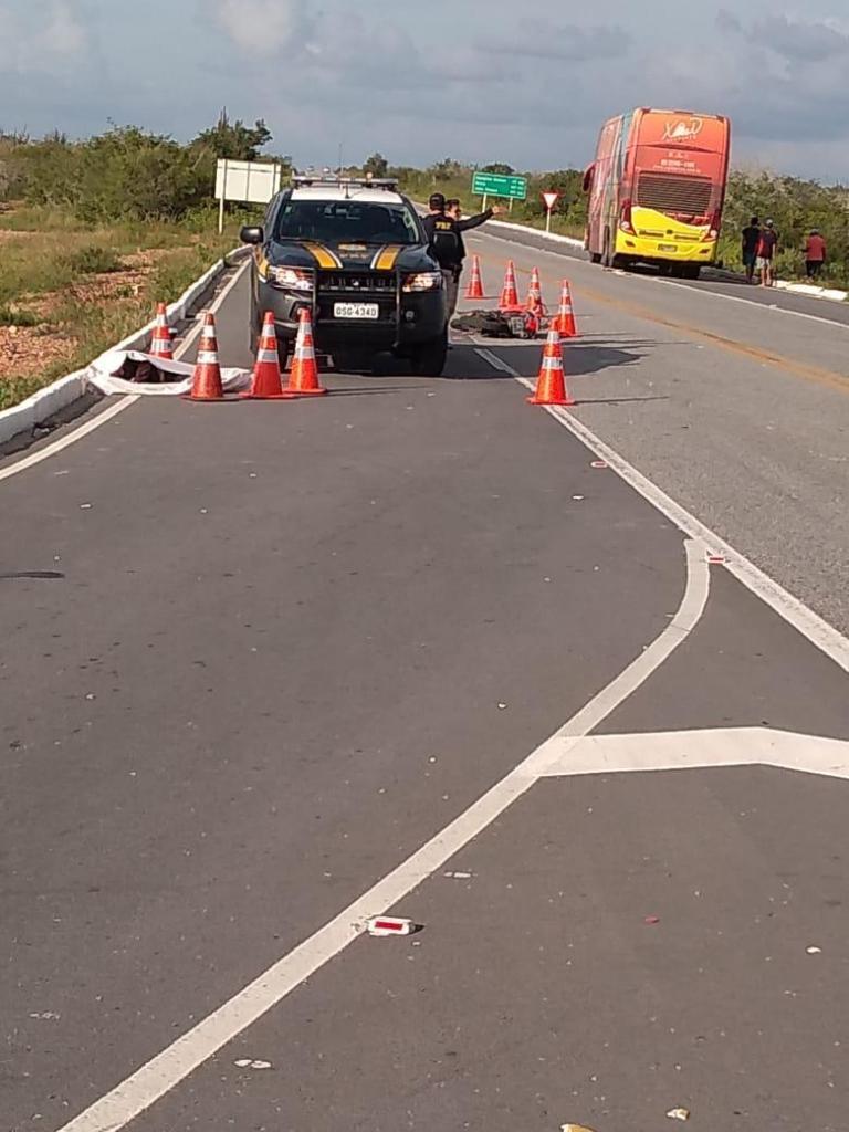 1d5fb590 cc68 41f7 9eab aecdd2aa7a17 768x1024 - Motociclista morre após bater em ônibus da banda Aviões do Forró