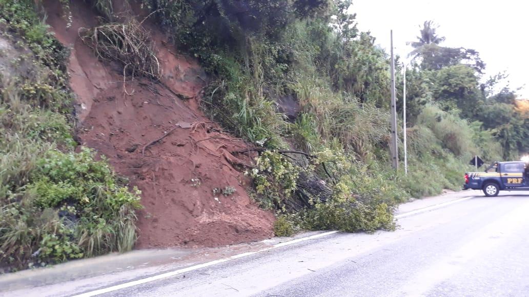 62144c6e d7e5 4f3a a4ff fdcd570877f0 - PERIGO: Barreira desliza e interrompe trecho de rodovia em João Pessoa