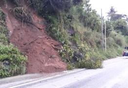PERIGO: Barreira desliza e interrompe trecho de rodovia em João Pessoa