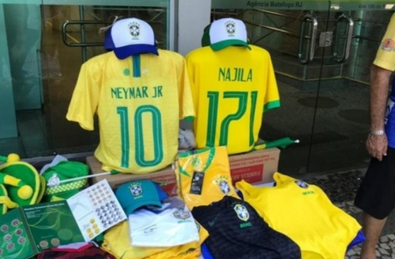 Capturar 32 - Comerciantes vendem camisa da Seleção com nome de Najila e número 171