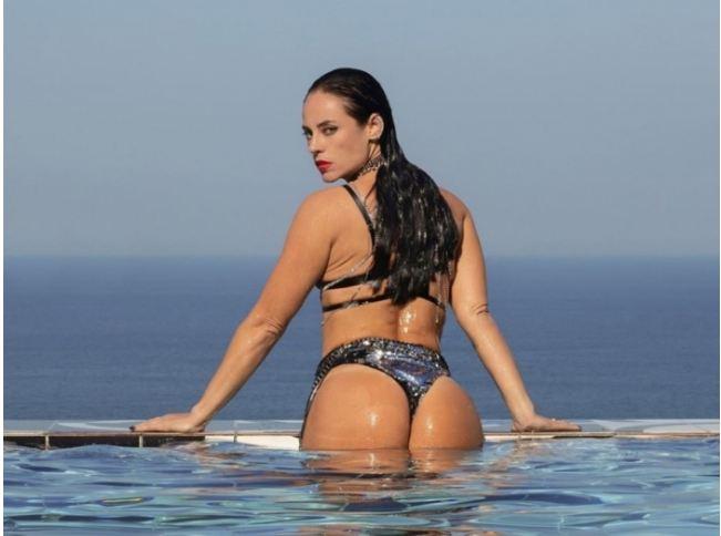Capturar5 - Paolla Oliveira sensualiza em novas fotos no perfil da personagem Vivi Guedes