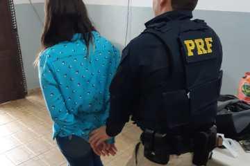 EM MAMANGUAPE: PRF prende mulher com pistola escondida em caixa de sapato