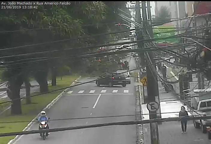 WhatsApp Image 2019 06 21 at 13.42.30 - Árvore cai sobre carro no Centro de João Pessoa; trânsito interrompido