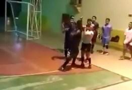 Após expulsar jogador árbitra é agredida com socos durante partida de futsal – VEJA VÍDEO