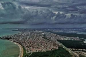 chuvas em joao pessoa foto clilson junior 300x200 - PERIGO: sobe para 87 o número de cidades em alerta por causa de fortes chuvas na Paraíba; veja
