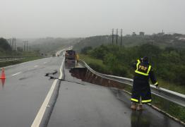 BR 230 RACHADA: Fortes chuvas fazem asfalto ceder em Santa Rita; PRF emite alerta
