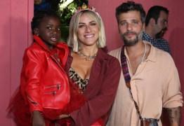 Mãe e irmão de Bruno Gagliasso não aparecem em festa de Titi e levantam especulações sobre conflitos familiares