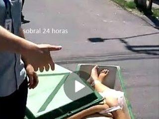 ESCAPOU: Caixão cai de veículo funerário no meio da rua na cidade de Sobral