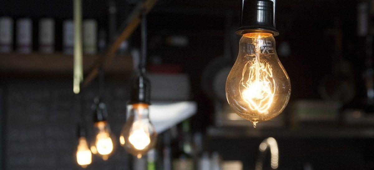 light bulbs 406939 960 720 min 1200x545 c - Água, luz e telefone não poderão ser cortados em fim de semana e feriado