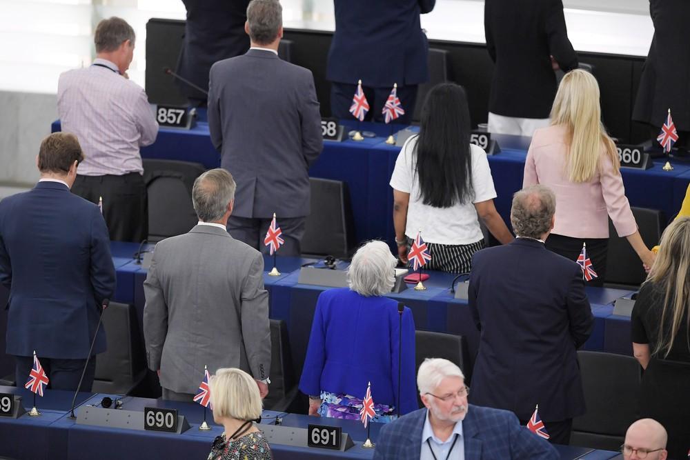 000 1i73uu - Deputados do Partido do Brexit dão as costas durante hino europeu