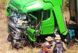 TRAGÉDIA: integrantes da equipe do cantor Léo Santana morrem em acidente de caminhão -VEJA VÍDEO