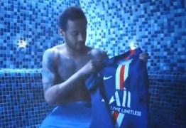 Neymar joga a nova camisa do PSG no lixo; VEJA VÍDEO
