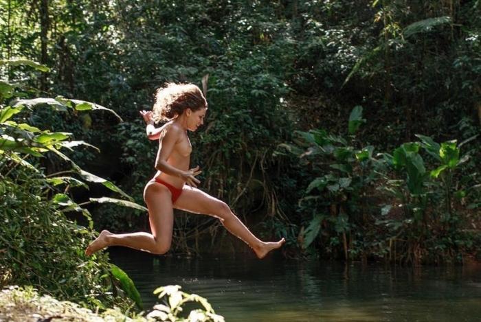 1 linz 11909358 - De topless, Bruna Linzmeyer dá mergulho em cachoeira