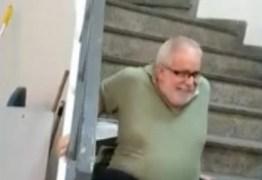 Elevador de agência do INSS quebra e cadeirante precisa subir escadas sozinho