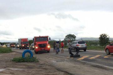 Caminhoneiros bloqueiam trecho da BR-230 em Campina Grande