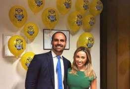 Eduardo Bolsonaro faz 35 anos e ganha festa surpresa com tema de filme infantil