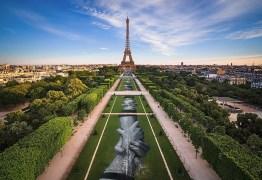 Artista cria grafite gigante aos pés da Torre Eiffel: VEJA VÍDEO