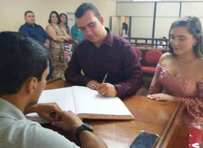 CASAMENTO - LARGOU A BATINA POR AMOR: Ex-padre de Guarabira se casou no civil e discreta cerimônia
