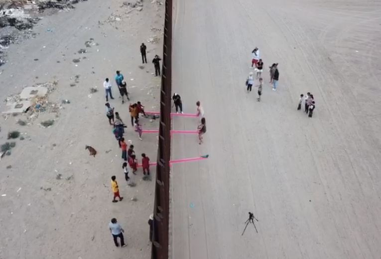 Capturar3 12 - FRONTEIRA MÉXICO X EUA: Artistas instalam gangorras para crianças brincarem juntas - VEJA VÍDEO