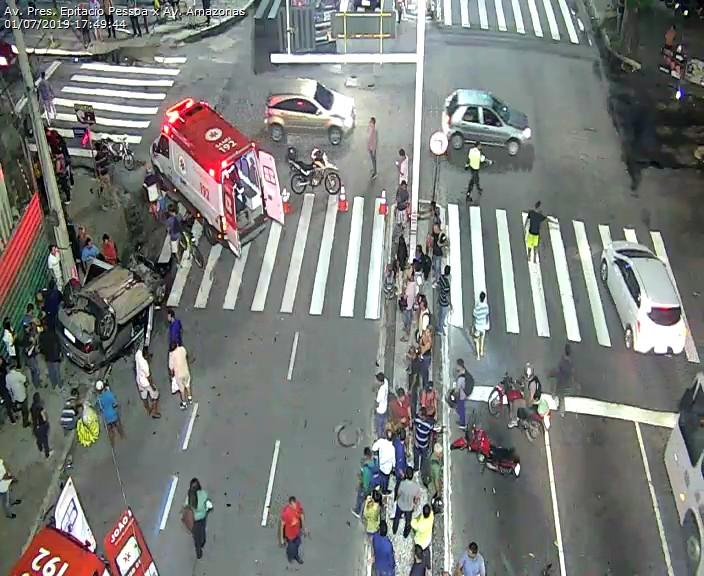 WhatsApp Image 2019 07 01 at 17.52.35 - Carro capota na Avenida Epitácio Pessoa após colisão com outro veículo em frente ao Extra - VEJA O VÍDEO