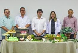 Presidente da Frente Parlamentar de Empreendedorismo visita projeto de aproveitamento de coco verde