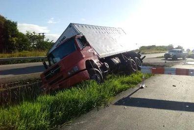 caminhão tombado santa rita - Caminhão com 14 toneladas de farinha tomba na BR-230, em Santa Rita