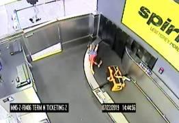 Criança de 2 anos fica ferido após ser levado por esteira de bagagens em aeroporto – VEJA VÍDEO