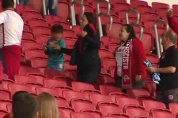 grenal - Torcedora com faixa 'antifascista' agride mãe e filho após jogo de futebol; VEJA VÍDEO