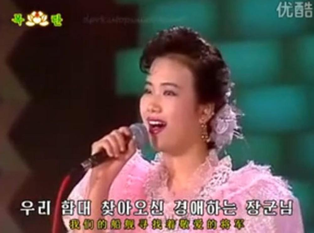 hyon - Cantora 'fuzilada' por vídeo em orgia surge na reunião de Kim e Trump