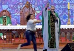 SUSTO: Mulher empurra Padre Marcelo Rossi de palco durante missa em São Paulo; VEJA VÍDEO