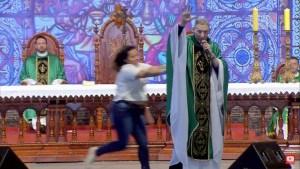 mulher empurra padre 300x169 - SUSTO: Mulher empurra Padre Marcelo Rossi de palco durante missa em São Paulo; VEJA VÍDEO