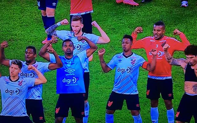 Jogadores do Athletico provocam o Flamengo após eliminação do clube carioca no Maracanã