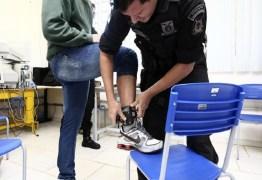Mais 55 presos recebem tornozeleiras para sair de presídio em Campina Grande