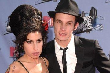 100304 amy winehouse 617 409 - Ex-marido de Amy Winehouse quer R$ 4,6 milhões de herança e família da cantora está revoltada: 'Ele apresentou drogas a ela'