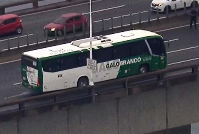 1 onibus 12713212 - Homem armado faz passageiros de ônibus reféns na Ponte Rio-Niterói - VEJA VÍDEO