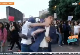 Repórter é agredido durante protesto contra violência de gênero e precisa fazer cirurgia – VEJA VÍDEO
