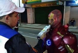 Homem de Ferro é multado por pilotar sem habilitação